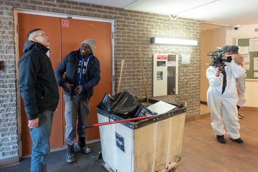 Trinome filme l'arrivée des employés dans un édifice